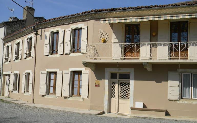 120 m² Gîte côté  Bascule - Jegun - Дом