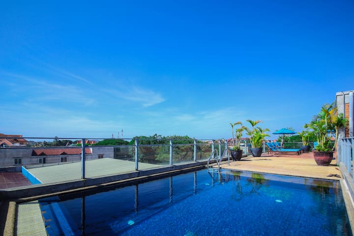 Luxury Riverside Apartment with 360 Rooftop Pool!