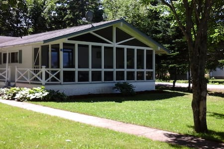 Joli Cottage - Weekly Rentals only in July and Aug - Beaubassin-est