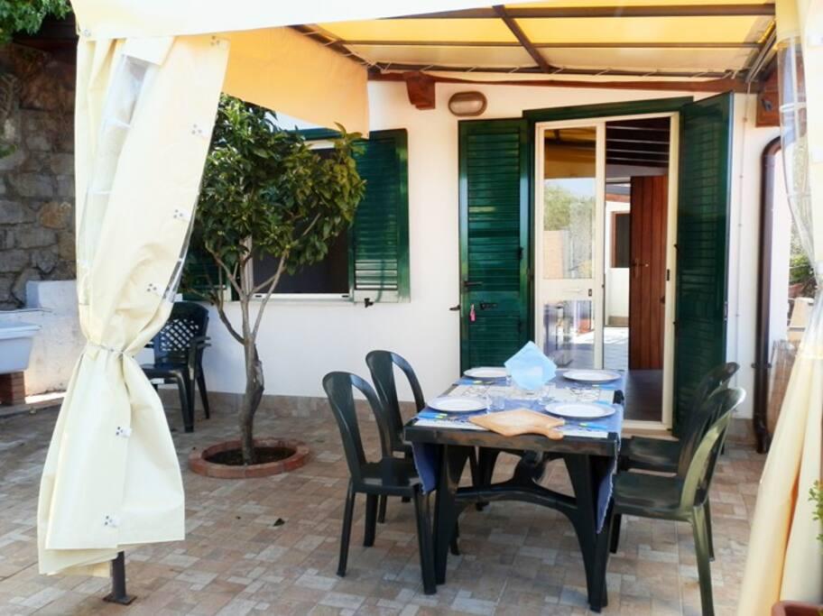 La veranda di Tramontana, con una pianta di arancio che vi terrà compagnia nei vostri pasti all'aperto