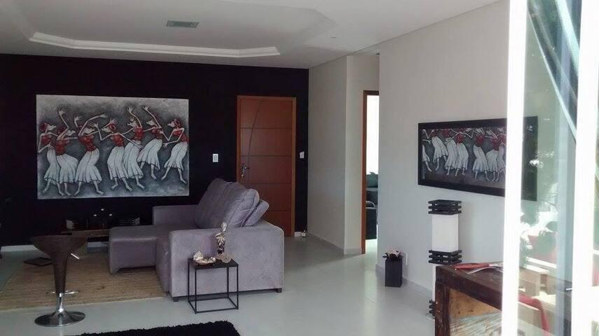 Sala de TV conjugada com sala de estar e cozinha