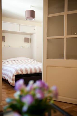 Chambre tout confort avec deux penderies de chaque côté du lit