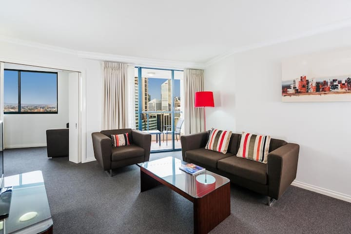 A Modern & Homely CBD suite with a  Pool & Gym ★