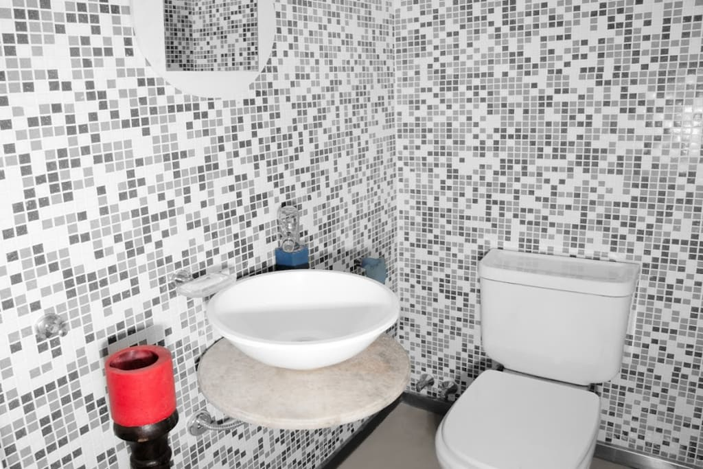 guests´ half bath in first level