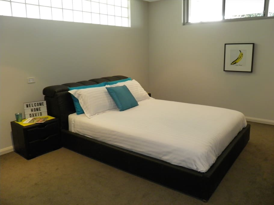 Luxury Queen Bed with Hotel linen and silk quilt