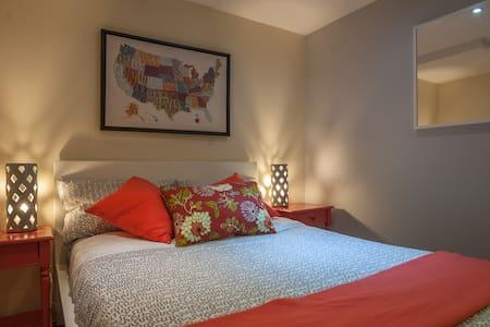Cozy guest bedroom w/ parking - Ház