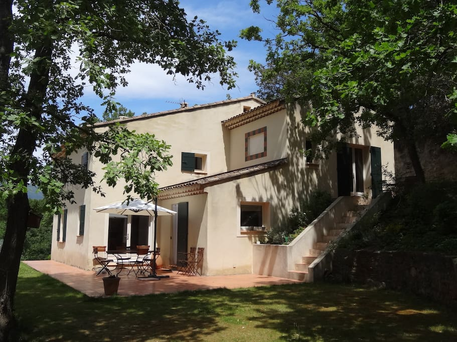 La maison et sa terrasse basse