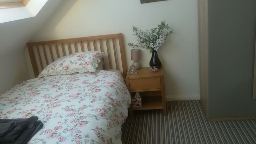 A cosy room with small double bed. - Twickenham - Huis