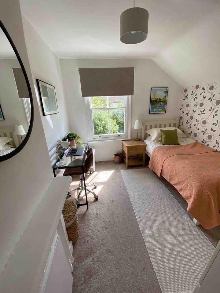 Quiet single room near Iffley Road.