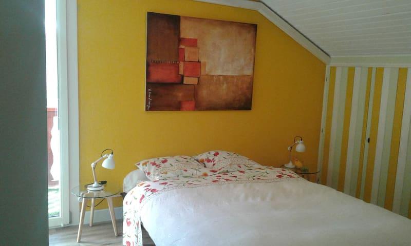 Chambre avec balcon, téléviseur et machine Expresso