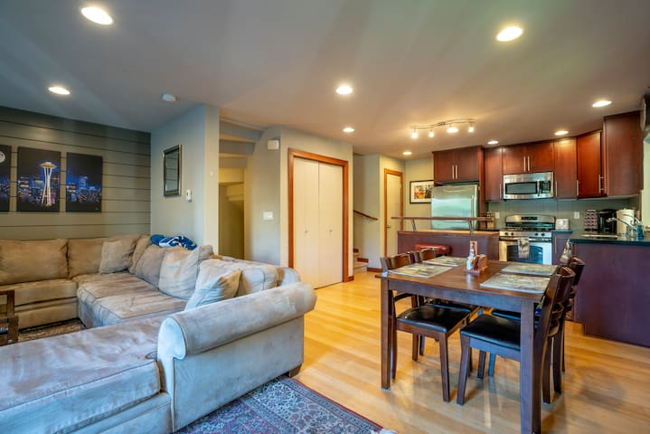Sweet Living in ❤️ SEA Near UW, 🏩s Clean & Comfy!