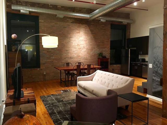Stunning Downtown Artist Loft (West Loop)