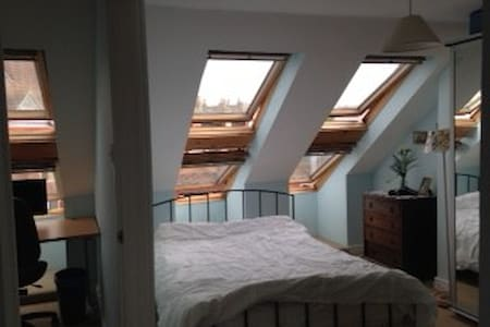 Ensuite double loft room 15 min walk from centre - Huis