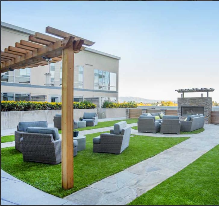 Roof top seating area w/ fire-pit