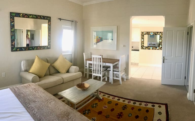 PRIVATE GUEST SUITE ON EXCLUSIVE GOLF ESTATE