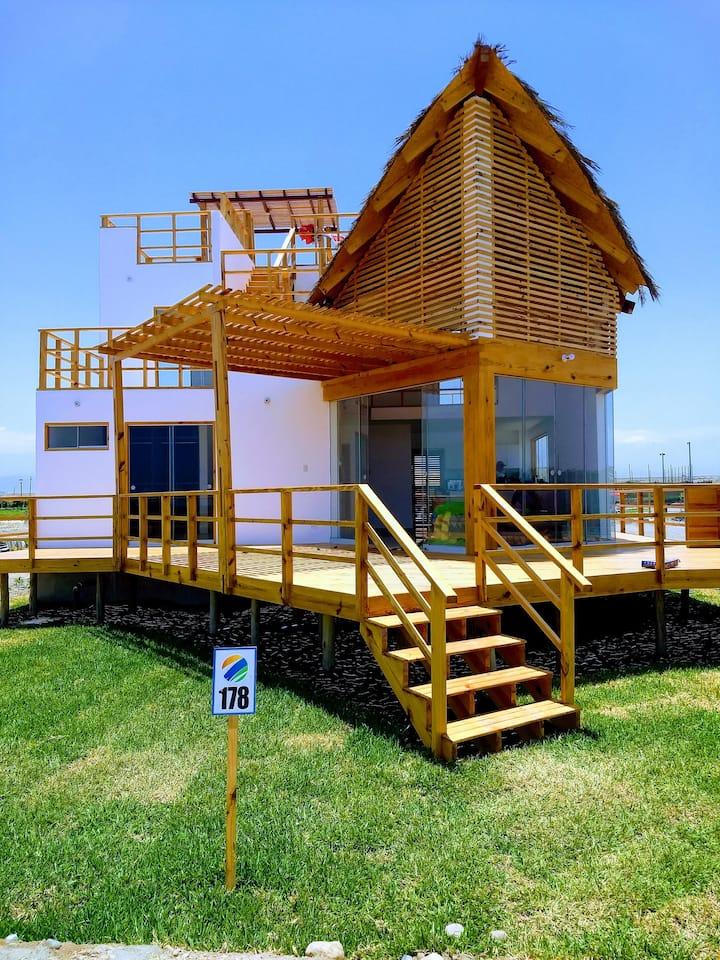 Casa de Playa frente al Mar en Condominio Lunarena