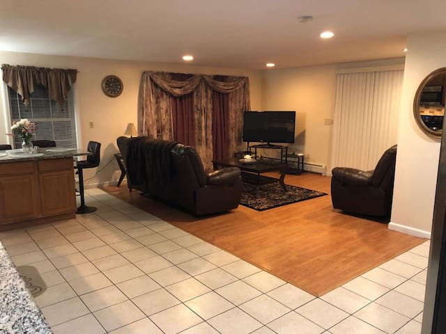 Quiet house mins away from the Airport and Hwy 93