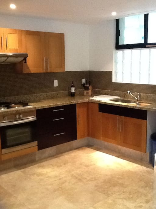 Cocina equipada, refrigerador, microondas, vajilla , cafetera, lavadora y secadora /fully equipped kitchen, washer dryer