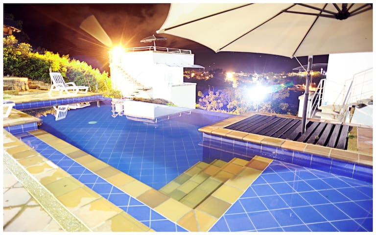 Hospedaje campestre, con piscina. - San Gil - Cabaña