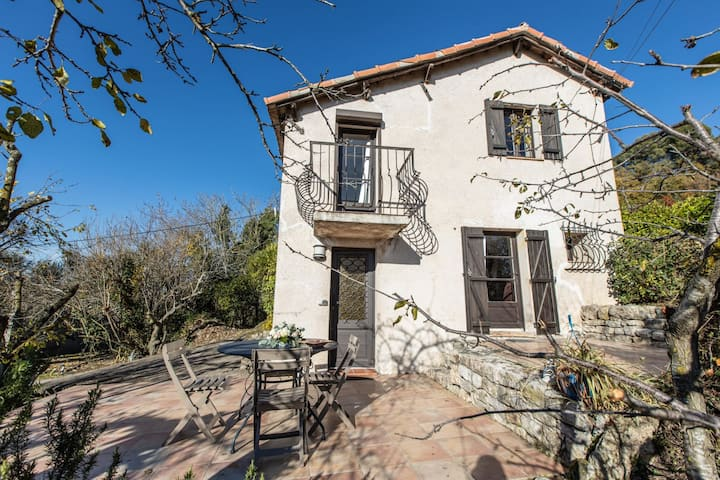 Charming Little Bucolic House 5-min from City