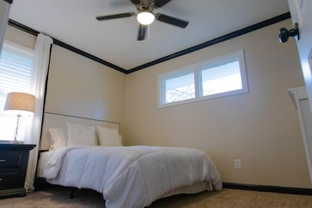 Private Queen bedroom near downtown-ROOM C