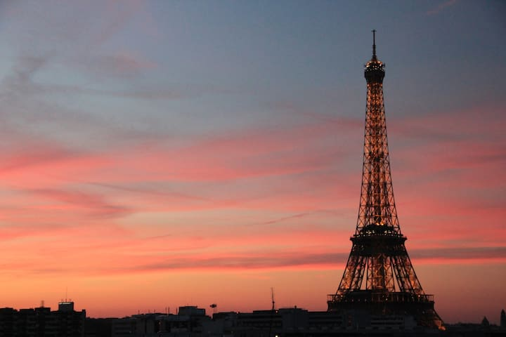 2 rooms+balcony view of Eiffel Tower from your bed