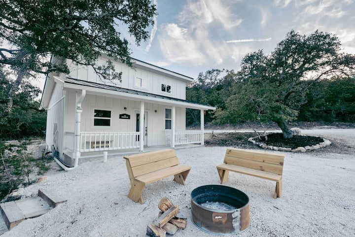 Charming 1B/1B with hill country view