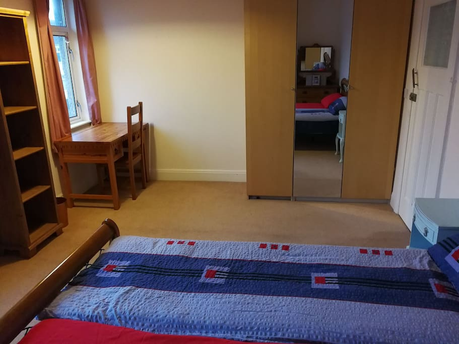 Spacious double room with double bed (135cm)