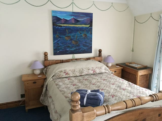 Lovely spacious double room with shared bathroom. - Pontardawe