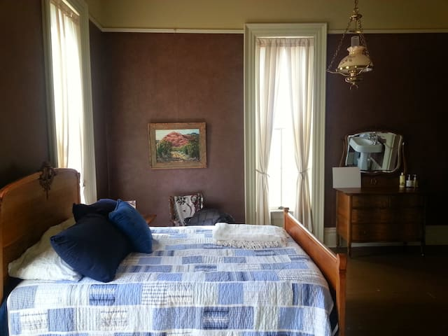 Guest Room- The Queen & I BnB - Crawfordsville - Bed & Breakfast