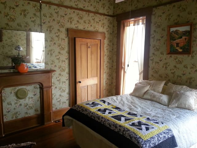 Queen's Chamber- The Queen & I BnB - Crawfordsville - Bed & Breakfast