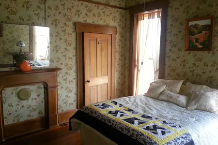 Queen's Chamber- The Queen & I BnB - Crawfordsville