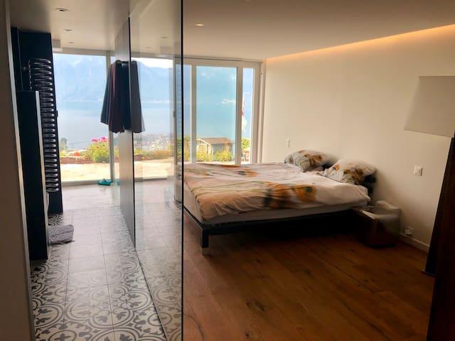 Chambre luxe, vue panoramique sur lac et montagnes