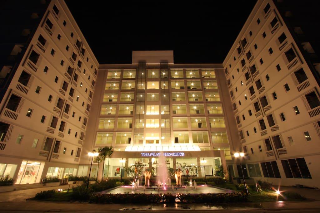 The Platinum Suite  อาคารที่พักยามค่ำคืน