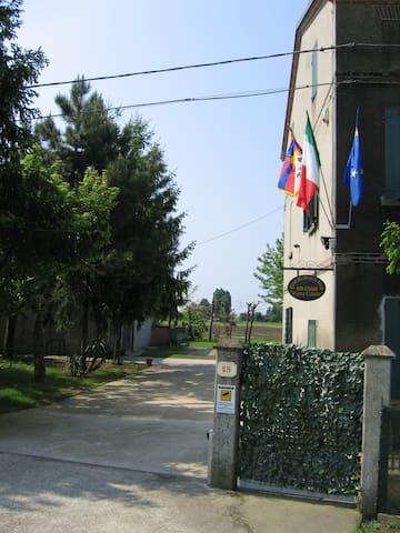 ospitalità, cortesia, riservatezza, - Novi di Modena