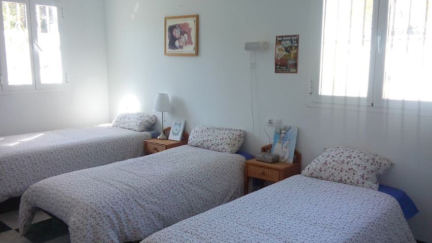 Habitacion tres o cuatro camas.(16 )m2. - Guillena - Talo