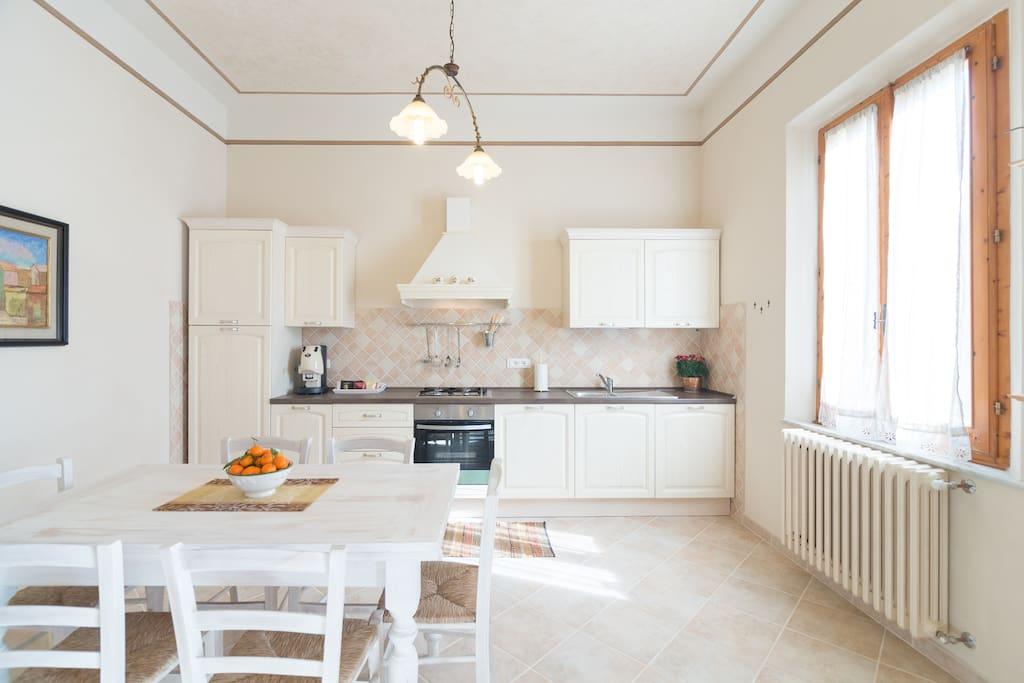 Eccoci in cucina, spaziosa e luminosa, con tutto il necessario per cucinare.