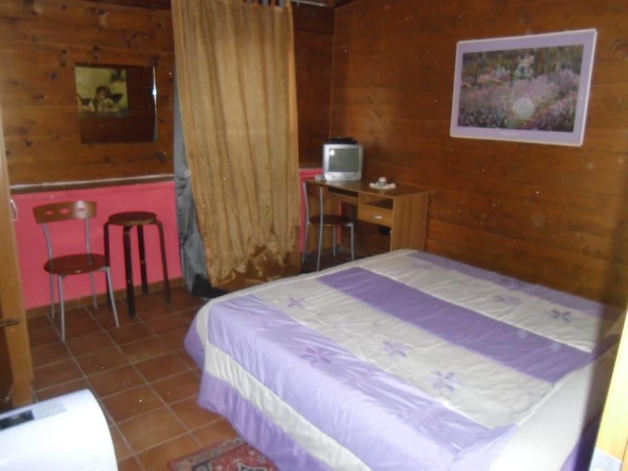 Camera matrimoniale con bagno in condivisione