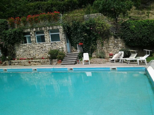 SWIMMING AND SUN - Relax in collina vicino al lago