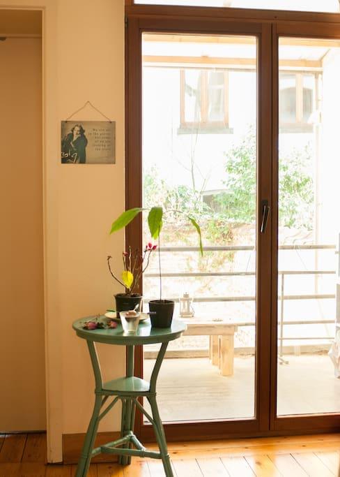 Terrasse qui donne sur la cuisine et le salon