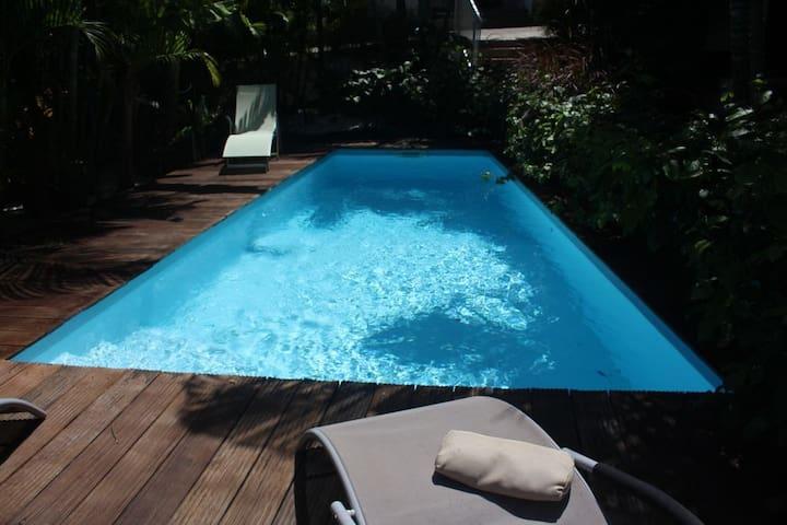 """Filao""bungalow de style créole, piscine commune"