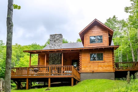 Dream Catcher - Classic Cabin on Private 3 Acre Lot w/ Pond, Pet Friendly, Hot Tub