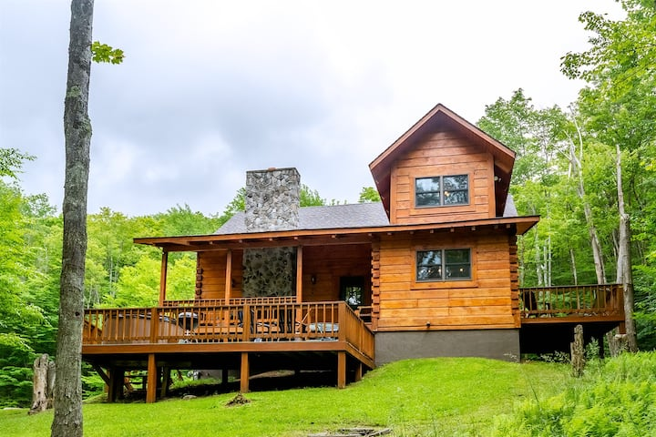 Dream Catcher - Classic Cabin on Private 3 Acre Lot w/ Pond, Dog Friendly, Hot Tub