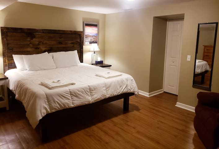 Staunton Hideaway, ShenValley Luxury apt king beds