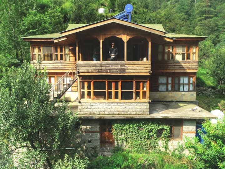 The Orchard House:Family room@ Tirthan Valley
