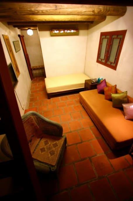 樓中樓,閣樓房。樓下有一張單人床及一張雙人沙發床。樓上有二張單人加一張雙人床。共可容納6-7人.