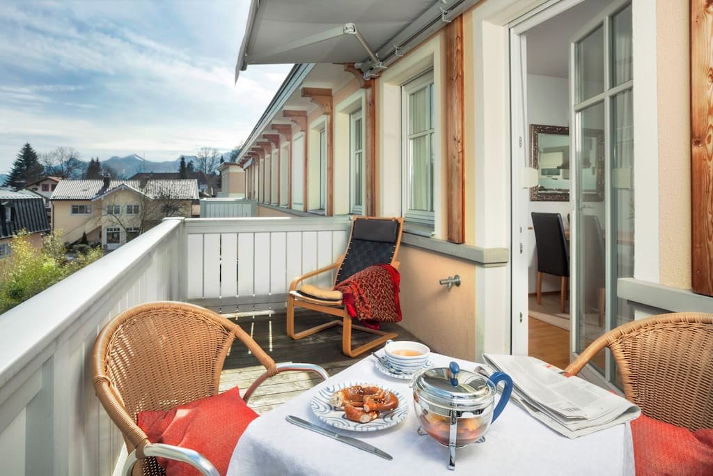 Ruhig gelegener Balkon mit Morgensonne und Blick auf die Chiemgauer Alpen