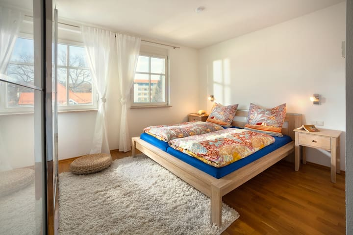 Schlafzimmer mit großem Schrank