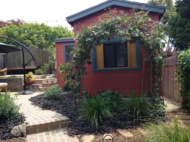 Charming Garden Cottage in North Berkeley. - Kensington - Bungalow