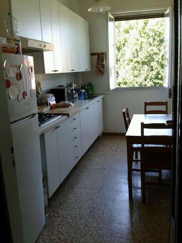Luminosa Singola per Ragazza - Boloña - Apto. en complejo residencial